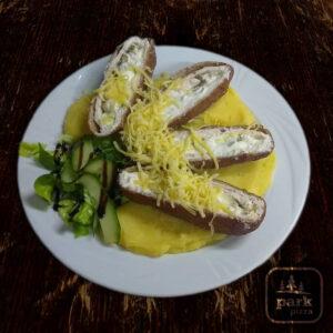Feta sajttal és olíva bogyóval töltött csirkemell rántva